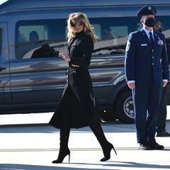 Melania Trumps letzte Stunden als First Lady sind vorerst gezählt. Durch die Wiederwahl ihres Mannes am 3. November könnte sie diesePosition für die nächsten vier Jahre erneut inne haben - doch noch ist nichts sicher. Umso spannender, in welchen Looks sie sich jetzt, wenige Tage vor der Wiederwahl, zeigt. Für eine Rede inWhitewoods trägt die 50-Jährige einen Michael-Kors-Military-Mantel in der Farbe Schwarz und ebenfalls schwarze Stiefel mit Absatz. Der Mantel kommt uns sehr bekannt vor, wählte Melania ihn doch fast genau vor einem Jahr aus, als sie ...
