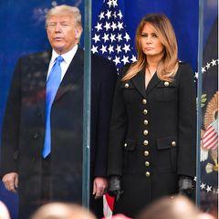 """... und ihr Mann Donald Trump im November 2019 die """"Veterans Day Parade"""" in Madison Square Park besuchten. Dass Melania den rund 770-Euro-Mantel ein Jahr später erneutrecycelt - und sich für den wichtigen Termin nicht etwa einen neuen Mantel zugelegt hat - könnte man alsZeichen und weniger als Zufall deuten. Vielleicht erhofft sich Melania dadurch wenig verschwenderisch, bodenständig und nahbar zu wirken."""