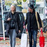 """1. November 2020  Für seine Freundin Künstlerin Alexandra Grant ist Keanu Reeves der perfekte Gentleman, der ihr die Einkaufstüten trägt. Der Paparazzo, der die beidenbeim Spaziergang durch Berlin-Charlottenburg vor die Linse bekommen hat, bekam allerdings seinen Mittelfinger zu sehen. Neben den Dreharbeiten zu """"Matrix 4"""" möchte der Hollywood-Star in der Hauptstadt wohl lieber seine Ruhe haben."""
