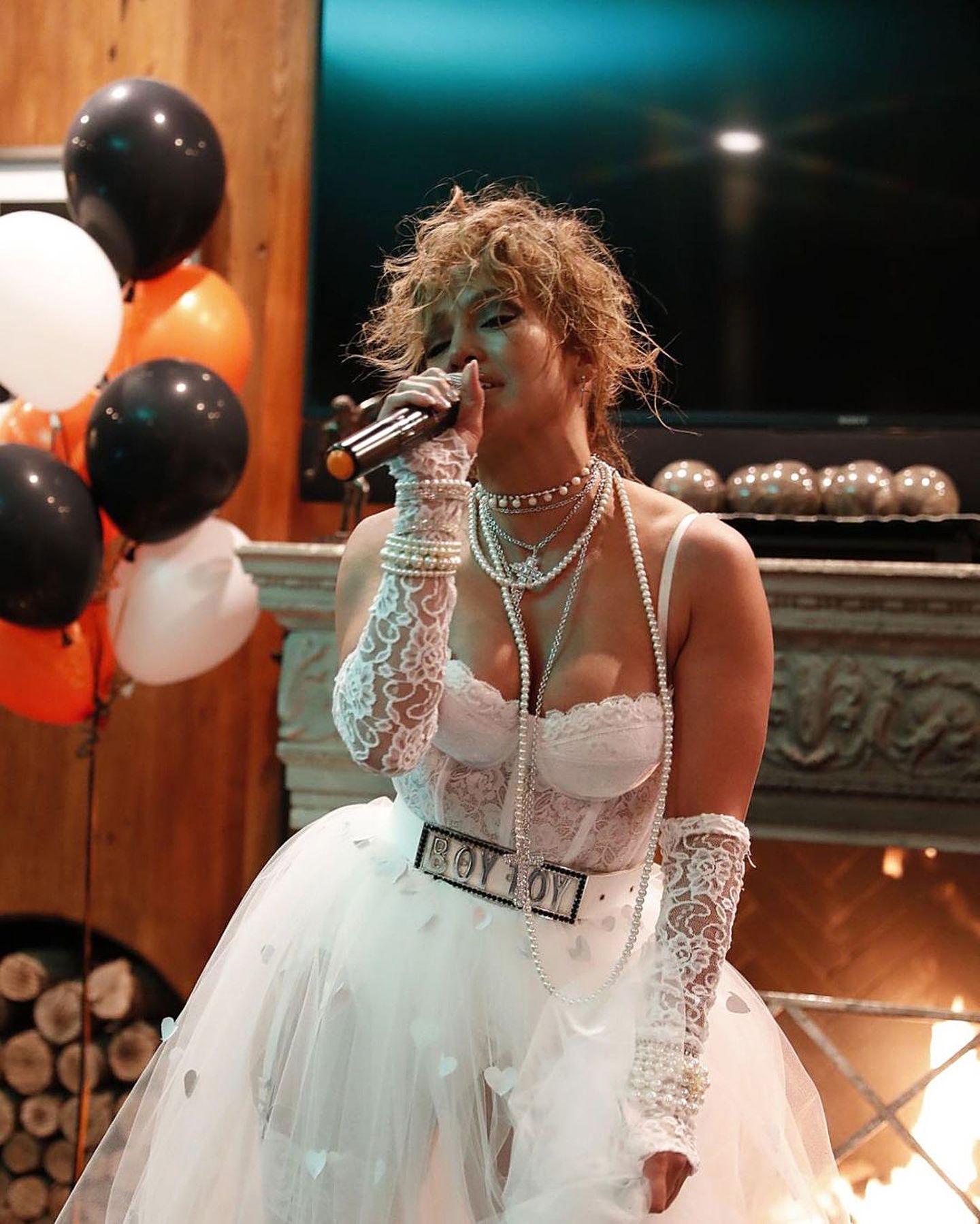 """Wenn das mal nicht eine Hommage von einer Diva zur anderen ist:Für das diesjährige Halloween-Fest, lässt Jennifer Lopez den legendären """"Like A Virgin""""-Look von Madonna wieder aufleben und gibt dazu noch ihren Hit-Song """"Crazy For You"""" zum Besten."""