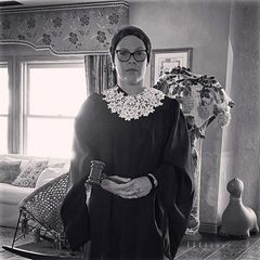 Und noch eine Hommage: Pink verkleidet sich in diesem Jahr als die erst kürzlich verstorbene, legendäre Richterin Ruth Bader-Ginsburg.