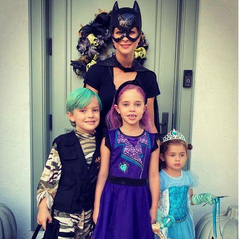 2. November 2020  Prinzessin Madeleine und ihre Kids Nicolas, Leonore und Adrienne feiern in Florida selbstverständlich auch Halloween. Die schöne Schwedin zeigt, dass Catwoman auch mal königlich sein darf, Prinz Nicolas wird mit grünem Haar zum Mini-Joker, Prinzessin Leonore wird mit pinkfarbenen Haare zur süßen Power-Lady, und die kleine Adrienne will wie so viele andere Kinder auch einfach mal Prinzessin Elsa sein.