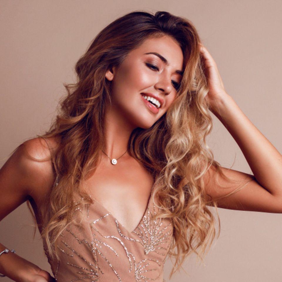 Haare schneller wachsen lassen: Frau mit langen blonden Locken.