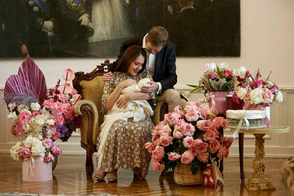 Prinzessin Elia hält ihre Tochter ganz fest im Arm
