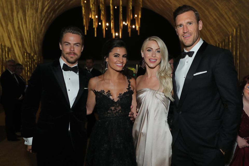 Derek Hough, Hayley Erbert, Julianne Hough und Brooks Laich posieren am 9. September 2017 gemeinsam bei denCreative Arts Emmy Awards 2017.