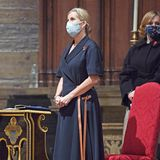 ZumAllerseelen-Gottesdienst in der Londoner Westminster Abbey wählt Sophie von Wessex ein Kleid, das wir so an ihr noch nie gesehen haben. Das dunkelblaue Wickelkleid des Labels Loewe besticht mit cognacfarbenen Lederapplikationen und einem hübschen V-Ausschnitt. Ein Schnäppchen ist das Wollkleid für 1600 Euro allerdings nicht.