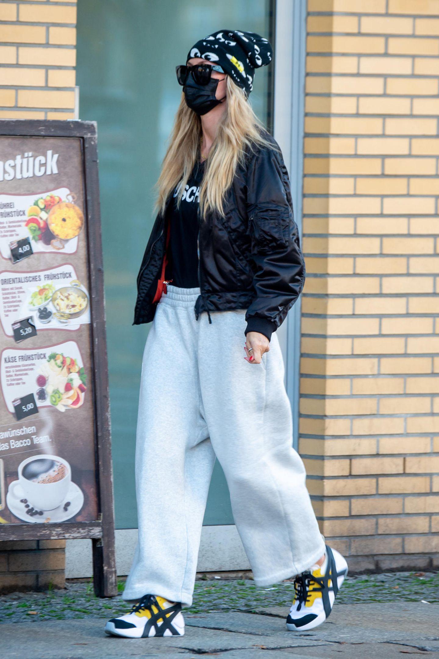 So unauffällig, dass es beinahe schon wieder auffällig ist: Heidi Klum zeigt sich seit ihresUmzugs nach Berlin in Inkognito-Looks, die durchMaske, Sonnenbrille und Mütze von Tag zu Tag perfektioniert werden. Doch irgendwie ist sie dennoch ein Hingucker, wie sie lässig in einer weiten Jogginghose, einem Leder-Blousonund schicken Turnschuhen durch die Straßen der Hauptstadt schlendert.