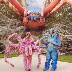 Hereinspaziert ins Grusel-Netz: Das Promi-Paar hat seine Villa in den Hollywood Hills in ein gigantisches Spinnennest verwandelt, das von einer riesigen Tarantel auf dem Dach bewacht wird.