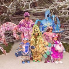 3. November 2020  Im HauseKardashian-West herrscht das große Krabbeln. Wer gedacht hätte, dass Halloween in diesem Jahr eine Nummer kleiner ausfällt, kennt Kim Kardashian und Kanye Westnicht. Zusammen mit ihren vier Kids inszenieren sie sich alsschaurig-schöne Spinnentiere und sorgen damit nicht nur bei Arachnophobikernfür Gänsehaut.