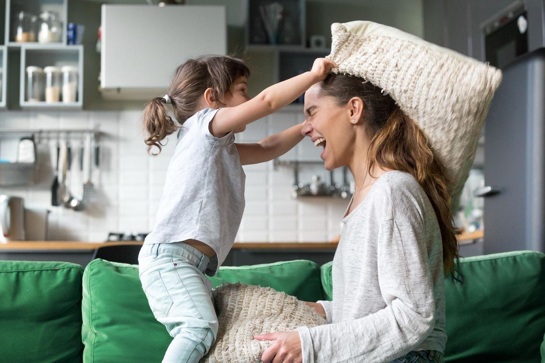 Kinder beschäftigen: Tipps für Spaß im eigenen Zuhause, Kind, Mutter, Kissenschlacht