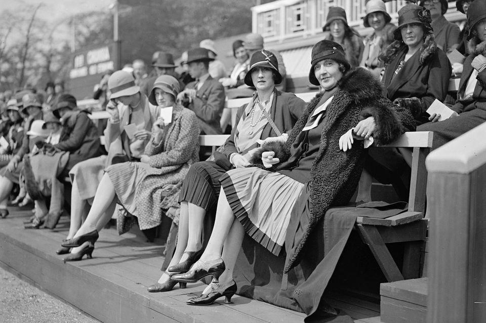 Frauen im 20er-Jahre-Outfit mit der damals angesagten Kopfbedeckung, dem Glockenhut