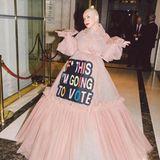 Drängende Worte findet Popstar Christina Aguilera, die ihr Statement kurzerhand auf ihre voluminöse Robe patcht und einfach hinreißend aussieht.