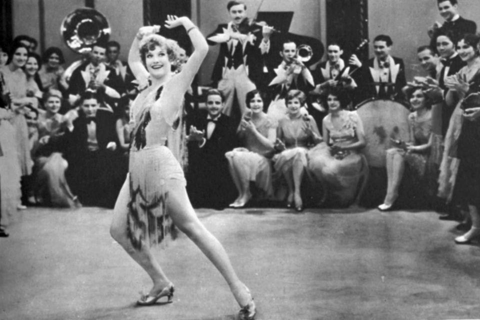 """Die SchauspielerinJoan Crawford tanzt den Charleston in dem Film """"Our Dancing Daughters"""" aus dem Jahr 1928"""