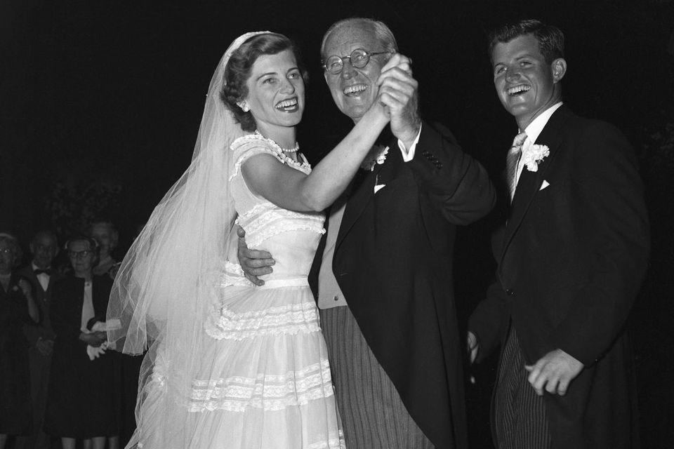 Eunice Mary Shriver tanztmit ihrem VaterJoseph P. Kennedy an ihrer Hochzeit.