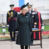 Herzogin Camilla im dunkelgrünen Mantel im Militärstil