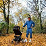 4. November 2020  Mit Töchterchen Laura im Kinderwagen genießt Star-Kicker Robert Lewandowski die frische Novemberluft und sendet schöne Grüße aus dem Münchener Herbstlaub.
