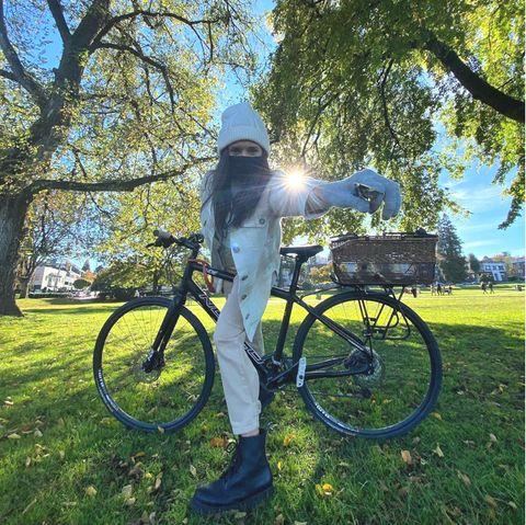 """Warm eingepacktgenießt auch """"Vampire Diaries""""-Star Nina Dobrev einenAusflug mit dem Radel bei schönstem Herbstwetter."""