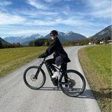 Model Stefanie Giesinger lässt ihre Fans an ihrerMountainbike-Tour durch die schöne Alpenlandschaft teilhaben.