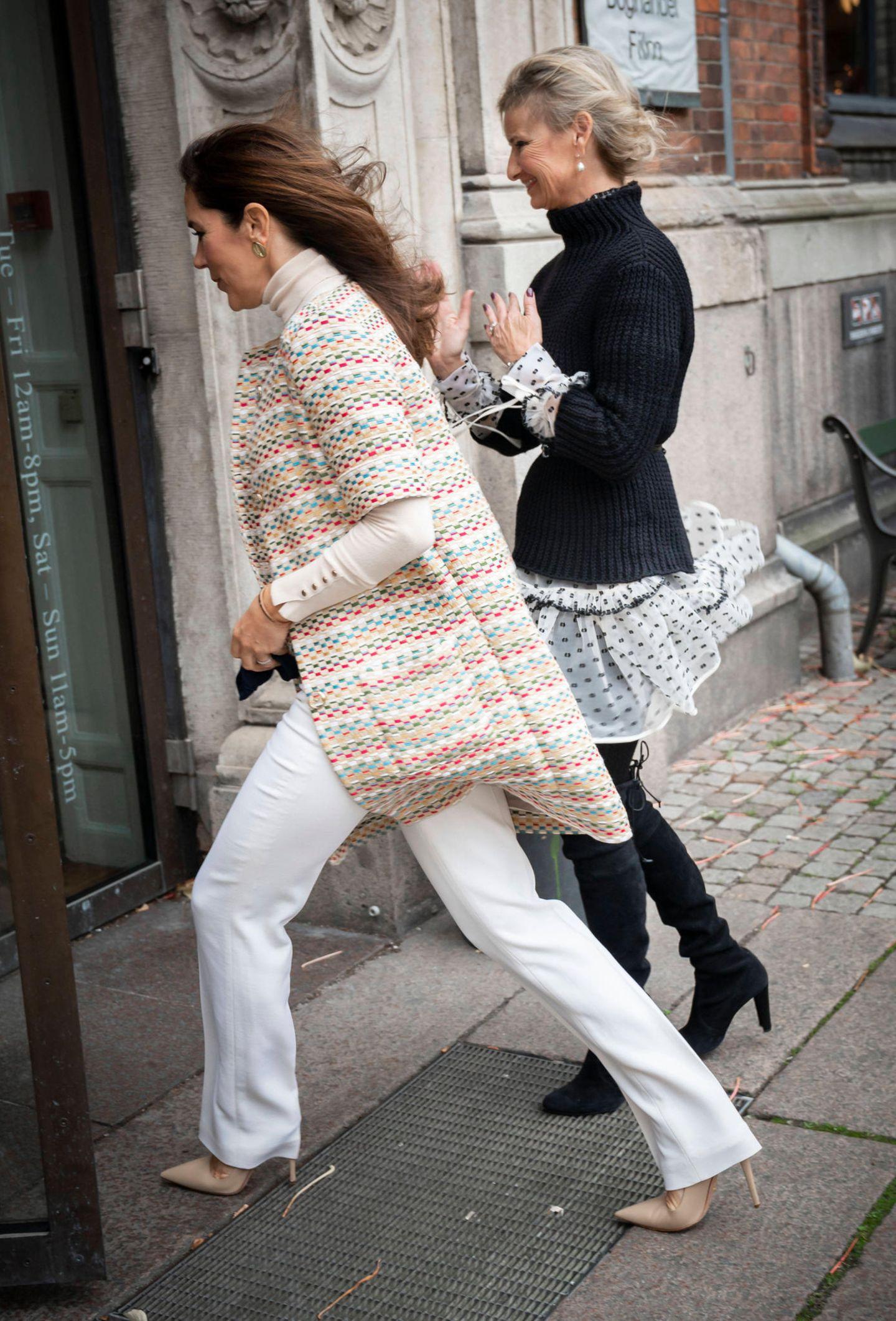 Bei derVerleihung des Magazin du Nord Fashion Preises in Kopenhagen zeigt sich Prinzessin Mary von Dänemark in einem stylischen Monochrome-Look. Allerdings hat sie bei den Schuhen nicht unbedingt die beste Wahl getroffen. Mit ihren beigefarbenen, spitzen Pumpsbleibt die Kronprinzessin nämlich beinahe im Gitter stecken ...
