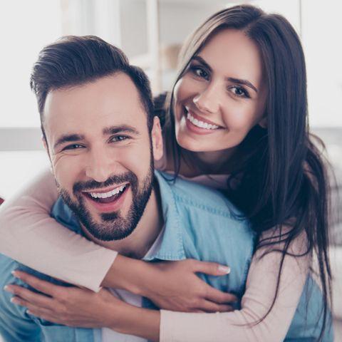 Mann und Frau glücklich