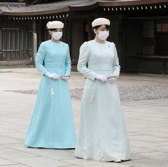6. November 2020  Japans Prinzessinnen Kako und Mako besuchen den Meiji-Jingu-Schrein in Tokio zu Ehren des 100. Jahrestages seit seiner Einweihung. Die eleganten Töchterdes Prinzenpaares Akishino zeigen sich selten in der Öffentlichkeit- aber wenn, dann glänzen sie im Doppelpack.Prinzessin Mako und ihre drei Jahre jüngere Schwester Kakostehen sich sehr Nahe, was sich auch in ihren Zwillings-Outfits zeigt.
