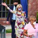 In einem ganz ähnlichen Look begeistert Dr. Jill Biden bei einer Drive-in-Rally in Florida. Und das auch noch mit klarer Botschaft auf der Maske: Wählen gehen!