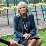 Ausgesprochenseriös gibt sich Dr. Jill Biden beim Besuch einer Schule in Delawareim blau-grauen Kostüm. Ihre Perlenkette und passende Ohrringe machen den Look perfekt.