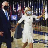 Für die erste Pressekonferenz nach Bekanntgabe von Kamal Harris' Vize-Kandidatur hat sich Jill Biden einen sommerlich cremeweißen Look ausgesucht, den sie farblich passend mit Perlenkette und blumigem Mund-Nasen-Schutz kombiniert.