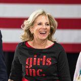 """Hier ist das Outfit Programm: Jill Biden trägt bei einem Event der Non-Profit-Organisation """"Girls inc."""" das entsprechende Logo auf dem schwarz-roten Look."""