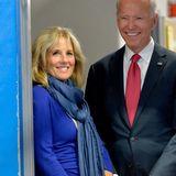 In leuchtenden Blau, der Farbe der Demokraten, bezaubert die ehemalige Lehrerin auf einer Veranstaltung in New Hampshire.