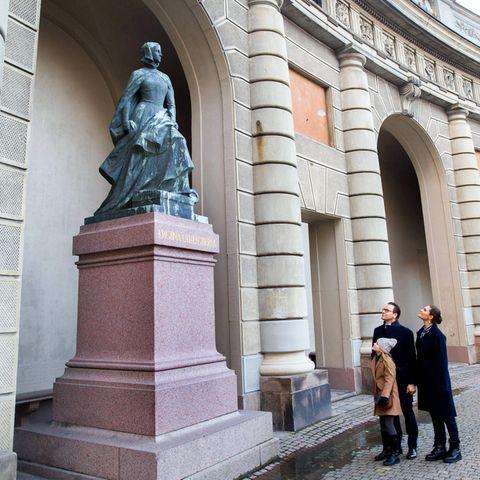 7. November 2020  So wird Geschichtsunterricht lebendig: Anlässlich des 500. Jahrestags des sogenannten Stockholmer Blutbads besieht sich Prinzessin Estelle mit ihren Eltern Daniel und Victoria die Statue ihrer Groß-Groß-Groß-Groß-Groß-Groß-Groß-GroßtanteKristina Gyllenstierna im Hof vor dem Königlichen Schloss.
