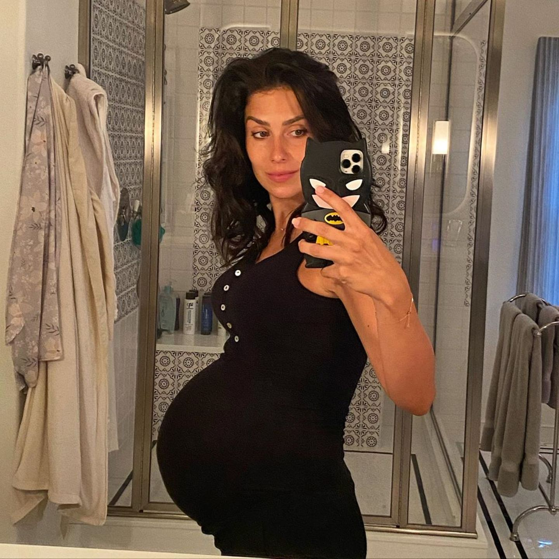 Am 8. September postete sich Hilaria Baldwin noch mit XXL-Babykugel vor dem Spiegel. Das war kurz vor der Geburt ihres fünften Kindes. Jetzt, zwei Monate später...