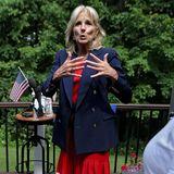 Passend zu den Farben der US-Flagge hatJill Biden ihren Look für eine Wahlkampfparty in New Hampshire ausgewählt.