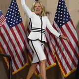 Und weil ihr der Schößchen-Look so gut steht, hat die zukünftige First Lady ein ganz ähnliches Outfit in Weiß.