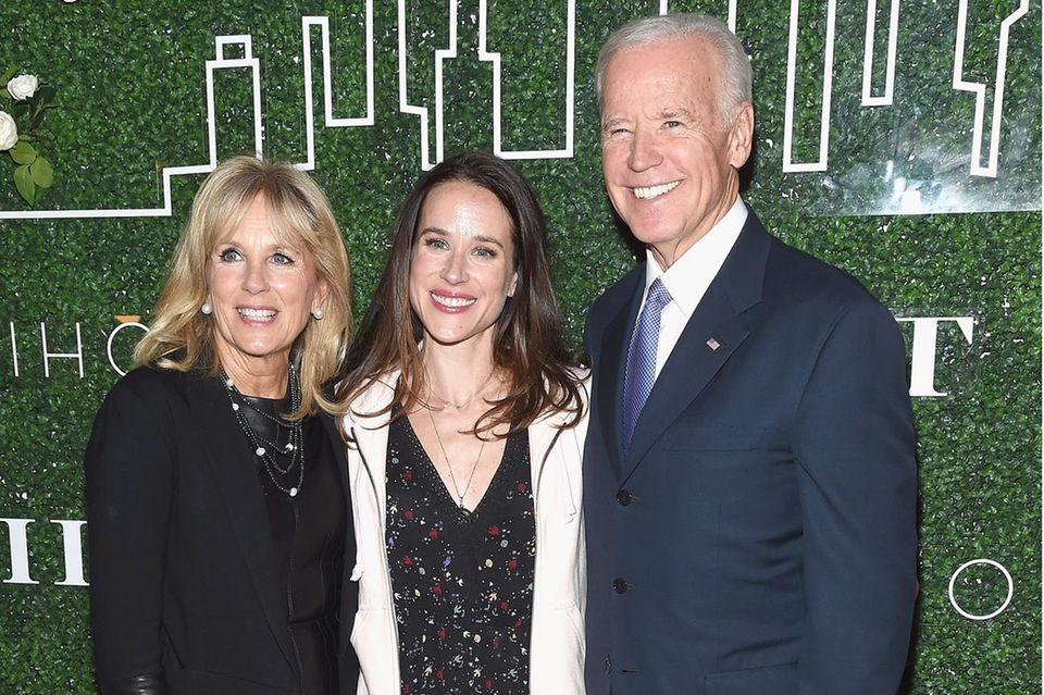 """Die Bidens - Jill, Ashley und Joe -am 7. Februar 2017 beim Launch von """"Livelihood"""" in New York City."""