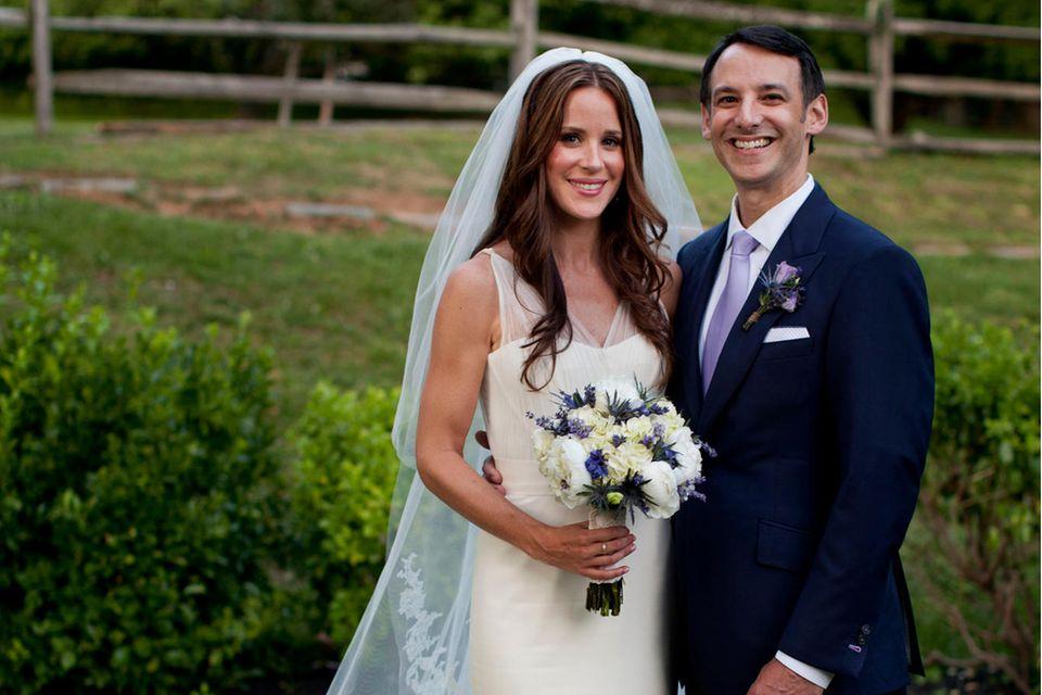 """""""Wir freuen uns, Howard in unserer Familie begrüßen zu dürfen und wünschen ihnen alles Gute für ihr neues gemeinsames Leben"""", sagt Joe Biden am 2. Juni 2012 zur Hochzeit seiner Tochter Ashley mit Dr. Howard Krein."""