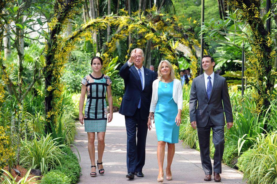 Die Bidens mit Ashleys Mann Howard Krein bei einem Besuch des National Orchid Garden in Singapur imJuli 2013.