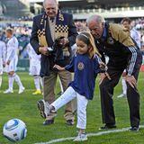 10. April 2010  Ein guter Opa motiviert seine Enkel, wie hier die damals erst 5-jährige Natalie, die sich auf demLincoln Financial Field in Philadelphia am Fußballspielen probiert.