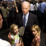 19. August 2007  Bevor Obama zum Kandidaten der Demokraten gekürt wurde, trat Joe Biden wie schon 1987 selbst. Die Enkelinnen Finnegan (l.) und Maisy haben ihn damals schon unterstützt, fanden TV-Interviewsaber noch ziemlich langweilig.