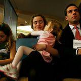 3. Februar 2007  Parteitage sind nichts für Kinder? Für die Bidens schon. Hunter Bidens Töchter Finnegan und Naomi kuscheln derweil mitNatalie, Tochter von Beau Biden († 2015), der aufmerksam dem Geschehen folgt.