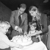 """20. November 1972  Sein 30. Geburtstag sollte noch ein glücklicher sein, denn danach konnte Joseph Biden endlich Senator von Delaware werde. Dass einen knappen Monat später seine Welt zusammenbrechen würde, konnte niemand ahnen. Seine Frau Neilia, hier beim Anschneiden der Torte, verstarb am 18. Dezember bei einem Autounfall, mit ihr die einjährige Tochter Naomi """"Amy"""" Biden. Die Söhne Beau und Hunter überlebten den tragischen Unfall schwer verletzt."""