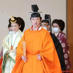 8. November 2020  Ein Kronprinz für Japan:Kaiser Naruhito hat seinen jüngeren Bruder Fumihito in einer feierlichen Zeremonie im Palast von Tokio offiziell zum Thronfolger ernannt. Prinzessin Aiko, die einzige Tochter des Kaiserpaares darf als weibliches Mitglied der Kaiserfamilie die Nachfolge ihre Vaters nicht antreten.