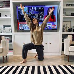 Geschafft! Als endlich das Ergebnis der US-Präsidentschaftswahl feststeht, verfällt Schauspielerin Lily Collins in eine regelrechte Pose der Dankbarkeit.
