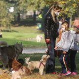 7. November 2020  Michelle Hunziker und ihre Töchter Celeste und Sole nutzen das schöne Herbstwetter für einen Ausflug in den Park. Darüber freuen sich auch ihre vierbeinigen Familienmitglieder.