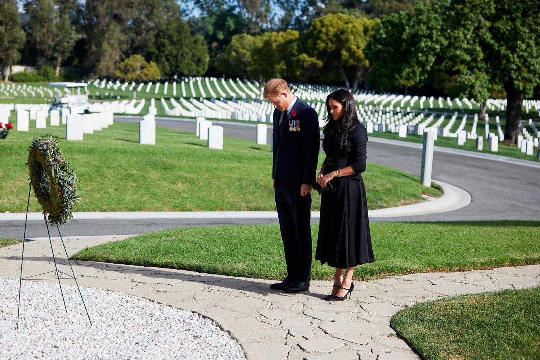 """Prinz Harry und Herzogin Meghan gedenken der gefallenen Soldaten auf dem """"National Cemetery"""" in Los Angeles."""