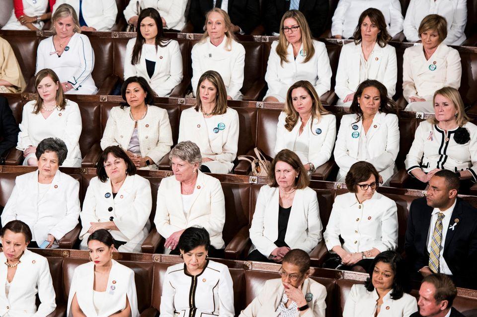 Anlässlich des 100. Jahrestag des Frauenwahlrechts trugen die weiblichen Mitglieder der Demokraten Weiß bei der Rede zur Lage der Nation.
