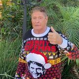 """""""Merry Hoffmas!"""" David Hasselhoff ist dieses Jahr schon früh in Weihnachtslaune, denn auf Instagram macht er Werbung für seinen eigenen Weihnachtspulli mit Kultfaktor. Das perfekte Geschenk für alle treuen Fans von""""The Hoff""""."""