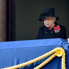 Dazu könnte auch gehören, dass Susan Rhodes neben der Queen steht.Laut englischen Medien gehört sie zu den Personen, die sich mit der 94-Jährigen in die Corona-Isolation begeben haben. Demnach ist sie für die Königin eine sicherere Begleitperson als Camilla oder Kate, die in jeweils eigenen Haushalten leben.Susan Rhodes Aufgabe besteht darin,sich um private und persönliche Angelegenheiten der Queen zu kümmern sowie bei Auftritten Geschenke für sie entgegenzunehmen.