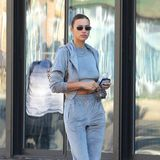 Mit diesem Look trifft Model Irina Shayk voll ins Schwarze! In den Straßen von Manhatten zeigt sie sich in diesem lässigen Tracksuit vonSKIMS. Natürlich stylt sie den Jogger gekonnt – und zwar mit stylischen Schaftstiefeln von By Far.