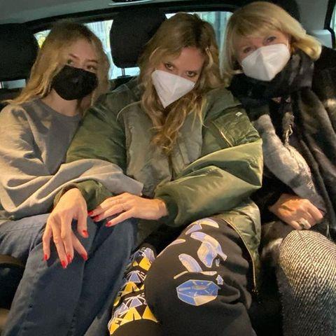 ... sind sich dieBlondineneinig: Mit Mantel undHose in gedeckten Tönen geht es durch Berlin. Was für ein toller Schnappschuss!